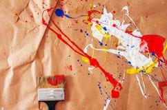 Weiße und blaue und gelbe und rote Verunstaltung und Schotter auf dem Papier lizenzfreie stockbilder