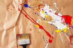Weiße und blaue und gelbe und rote Verunstaltung und Schotter auf dem Papier stockfoto