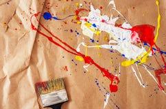 Weiße und blaue und gelbe und rote Verunstaltung und Schotter auf dem Papier stockbild