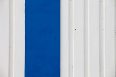 Weiße und blaue Metallwand lizenzfreie stockbilder