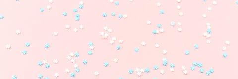 Weiße und blaue Schneeflocken besprüht auf Rosa Festliches Feiertags-BAC Lizenzfreies Stockbild