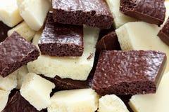 Weiße und dunkle poröse Schokolade Lizenzfreie Stockfotografie