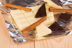 Weiße und dunkle Schokolade Stockbilder