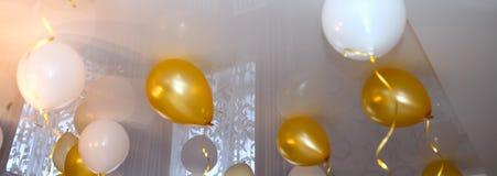 Weiße und gelbe Bälle im Raum, Hintergrund Stockfoto