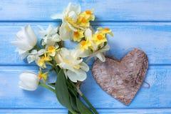 Weiße und gelbe Blumen und dekoratives Herz auf dem Blau gemalt Lizenzfreie Stockbilder