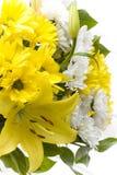 Weiße und gelbe Lilium- und Gartennelkeblumen Stockfotografie