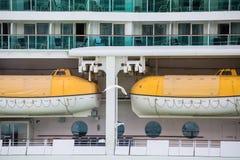 Weiße und gelbe Rettungsboote auf Kreuzschiff Stockbilder