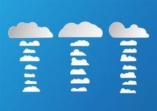 Weiße und graue flache Wolken lokalisiert auf blauem Hintergrund Papiercu Lizenzfreie Stockfotos