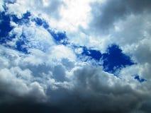 Weiße und graue Wolken im blauen Himmel Stockbild