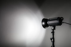 Weiße und helle Form geschaffen mit Studio-Licht-Blitzen Stockbild