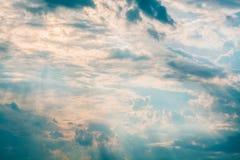 Weiße und orange Wolken bei Sonnenuntergang, Stockfotografie