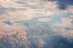 Weiße und orange Wolken bei Sonnenuntergang, Lizenzfreies Stockfoto