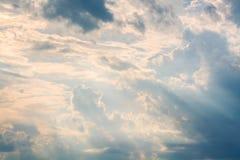Weiße und orange Wolken bei Sonnenuntergang, Stockbild