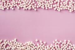 Weiße und rosa Eibische auf rosa Hintergrund stockbild