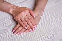 Weiße und rosa Nagelkunst Stockbild