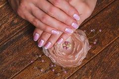 Weiße und rosa Nagelkunst Stockfoto