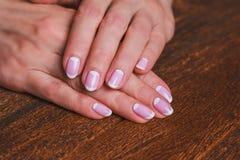Weiße und rosa Nagelkunst Stockfotografie