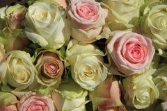 Weiße und rosa Rosen in der Hochzeitsanordnung Stockfoto