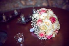 Weiße und rosa Rosen des Hochzeits-Blumenstraußes - Stockbild
