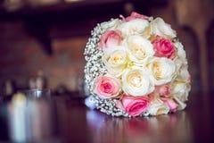 Weiße und rosa Rosen des Hochzeits-Blumenstraußes - Lizenzfreies Stockbild