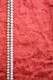 Weiße und rosafarbene Perlen auf dem Terrakottasamt Stockfotografie
