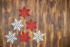 Weiße und rote glänzende Schneeflockendekoration auf Holz, Weihnachten-tre Stockfotos