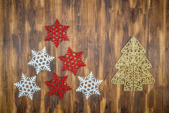 Weiße und rote glänzende Schneeflockendekoration auf Holz, Weihnachten-tre Lizenzfreie Stockfotos