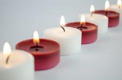 Weiße und rote Kerzen lizenzfreies stockbild