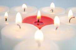 Weiße und rote Kerzen lizenzfreie stockfotografie