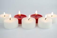 Weiße und rote Kerzen stockfoto