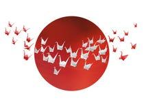 Weiße und rote Origamikräne und japanische Flagge Stockbild