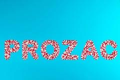 Weiße und rote Pillen Aufschrift Prozac stockbilder
