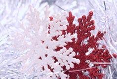 Weiße und rote Schneeflocken Stockfoto