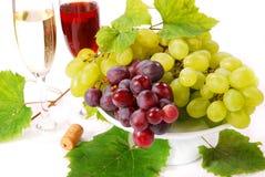 Weiße und rote Trauben und Wein Lizenzfreies Stockbild