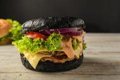 Weiße und schwarze Hamburger lizenzfreie stockfotografie