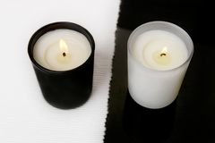Weiße und schwarze Kerzen Stockbild