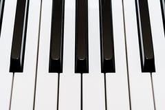 Weiße und schwarze Schlüssel eines Klaviers Lizenzfreie Stockfotos