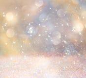 Weiße und silberne abstrakte bokeh Lichter Defocused Hintergrund Lizenzfreie Stockfotos