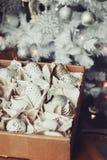 Weiße und silberne glänzende stilvolle Weihnachtsdekorationen im Kasten, neues Jahr 2017 zu Hause feiernd Lizenzfreie Stockfotografie