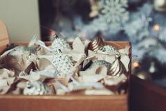 Weiße und silberne glänzende stilvolle Weihnachtsdekorationen im Kasten, neues Jahr 2017 zu Hause feiernd Lizenzfreies Stockfoto