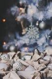 Weiße und silberne glänzende stilvolle Weihnachtsdekorationen im Kasten, neues Jahr 2017 zu Hause feiernd Stockbild