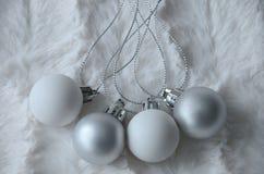 Weiße und silberne Weihnachtsdekorationen Stockfotografie