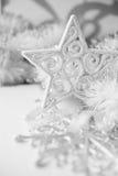 Weiße und silberne Weihnachtsverzierungen Stockbild