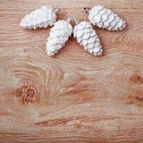 Weiße und silberne Weihnachtsverzierungen auf einem rustikalen hölzernen Hintergrund Abbildung innen Glückliches neues Jahr Besch Lizenzfreie Stockfotos
