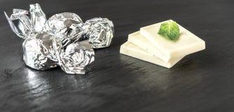Weiße Vanilleschokolade mit Silber eingewickelter Süßigkeit lizenzfreie stockfotografie