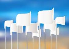 Weiße Vektorflaggen auf Himmelhintergrund Stockfotos
