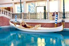 Weiße venetianische Gondel auf blauem Wasser Stockbild