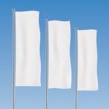 Weiße vertikale Fahnenflaggen auf einem Himmelhintergrund Lizenzfreies Stockbild