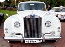 Weiße Vorderansicht des klassischen alten Autos Stockfotos