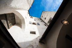 Weiße Wände und Fenster des alten Gebäudes und des blauen Himmels Stockbilder
